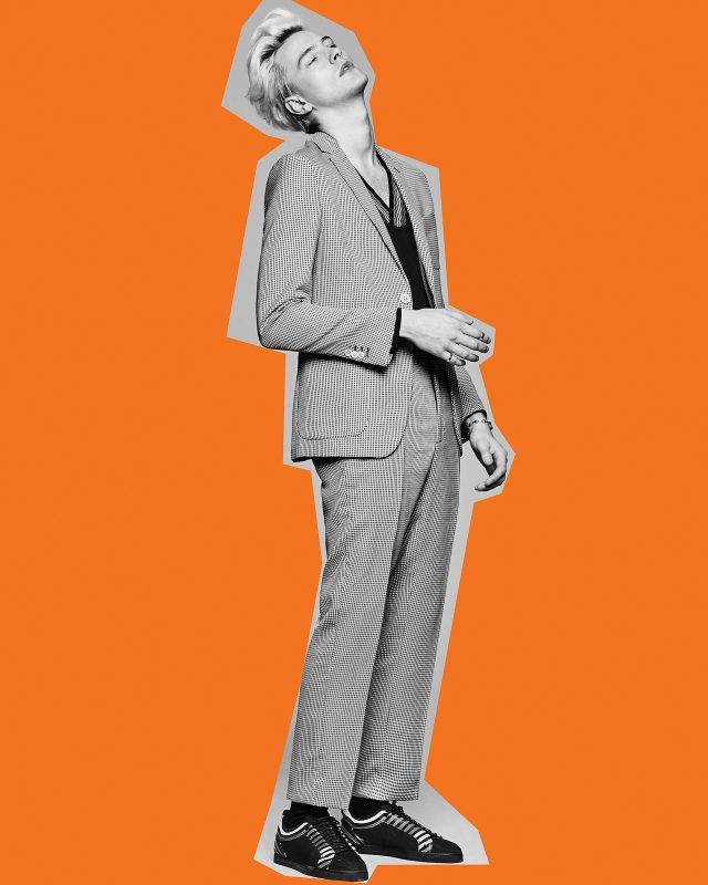 체크무늬 재킷 152만원, 줄무늬 브이넥 니트 톱 79만원, 바지 59만원, 스니커즈 100만원대 모두 펜디. 볼 장식 실버 커프 23만원, 레이어드한 실버 링 4만8000원 모두 엠스웨그.