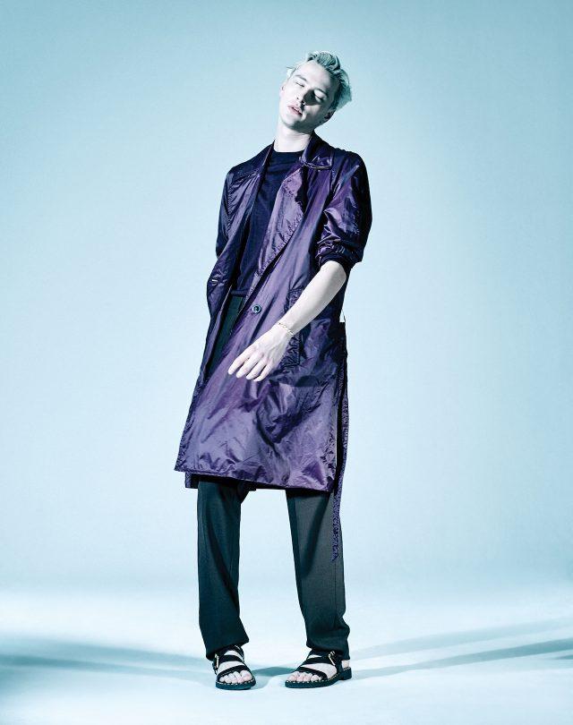 보라색 나일론 코트, 니트 톱, 바지 모두 가격 미정 베르사체. 스터드 장식 스트랩 샌들 가격 미정 주세페 자노티. 골드 뱅글 가격 미정 CYE디자인.