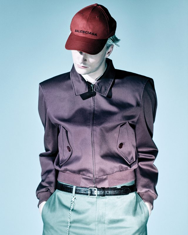 어깨가 각진 블루종 153만5000원, 분홍색 셔츠 가격 미정, 바지 64만원, 볼 캡 8만원, 벨트 34만5000원, 체인 장식 85만원 모두 발렌시아가.