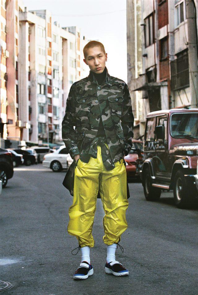 밀리터리 재킷 370만원, 허리에 두른 밀리터리 셔츠 170만원 모두 발렌티노. 검은색 터틀넥 니트, 노란색 나일론 팬츠, 네오프렌 소재 운동화 모두 가격 미정 프라다.