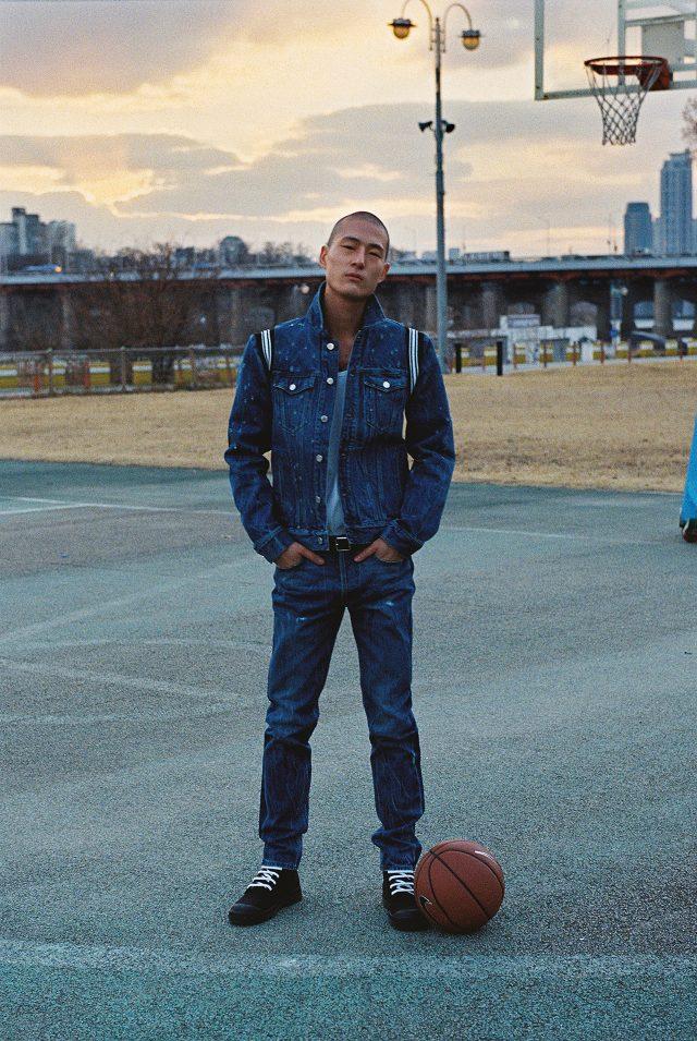 데님 트러커 재킷, 청바지, 슬리브리스, 하이톱 운동화모두 가격 미정 지방시 by 리카르도 티시. 벨트 34만5000원발렌시아가. 농구공 가격 미정 나이키.