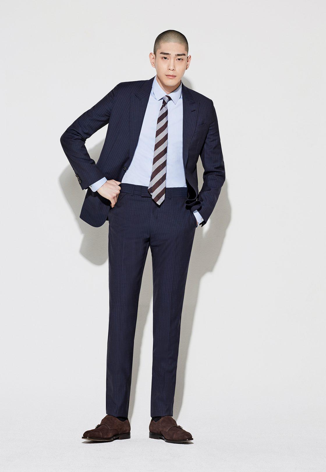 남색 슈트, 셔츠, 바지 모두 가격 미정 루이비통. 레지멘탈 타이 가격 미정 라르디니 by 신세계인터내셔날. 스웨이드 몽크 스트랩 구두 가격 미정 푼크트