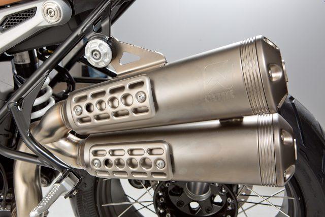 더 경쾌한 성능으로 돌아왔다 BMW R 나인T 스크램블러기존 R 나인T를 스크램블러 스타일로 바꿨다. 프런트 타이어가 19인치로 늘어났고 타이어 폭은 좁아졌다. 업스타일 머플러와 폭이 넓은 핸들바 등 스크램블러 장르의 코드를 더했다. 전통적인 모터사이클 설계 방식인 강철 스페이스 프레임을 토대로, 1170cc공랭식 트윈 복서 엔진(110마력/11.8kg·m)을 매치했다. 기본형에 비해 더 경쾌하고 가벼운 주행 특성을 살린 모델이다. 2100만원