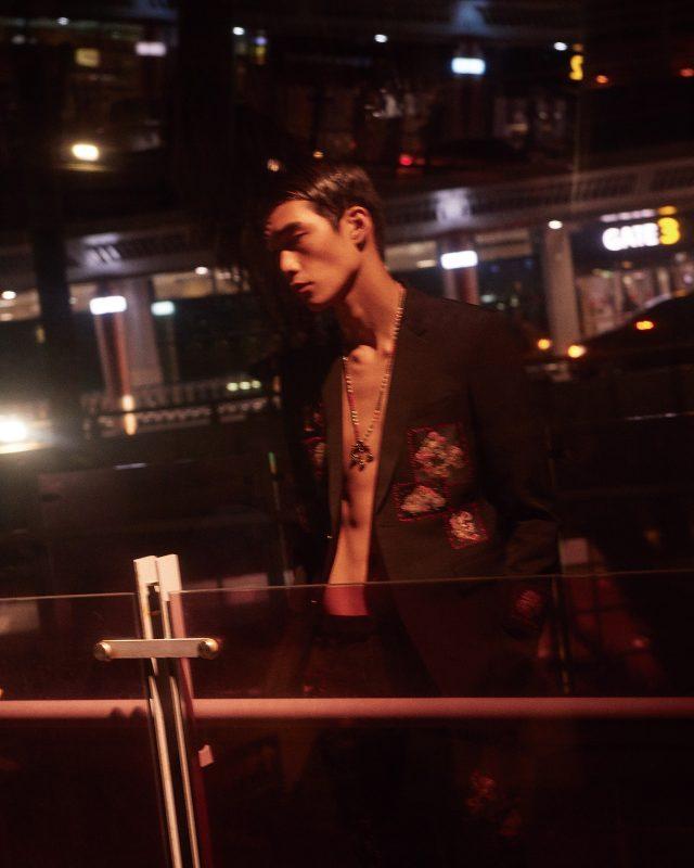 패치 장식 재킷과 바지 모두 가격 미정 디올 옴므. 비즈 목걸이 가격 미정 발렌티노.