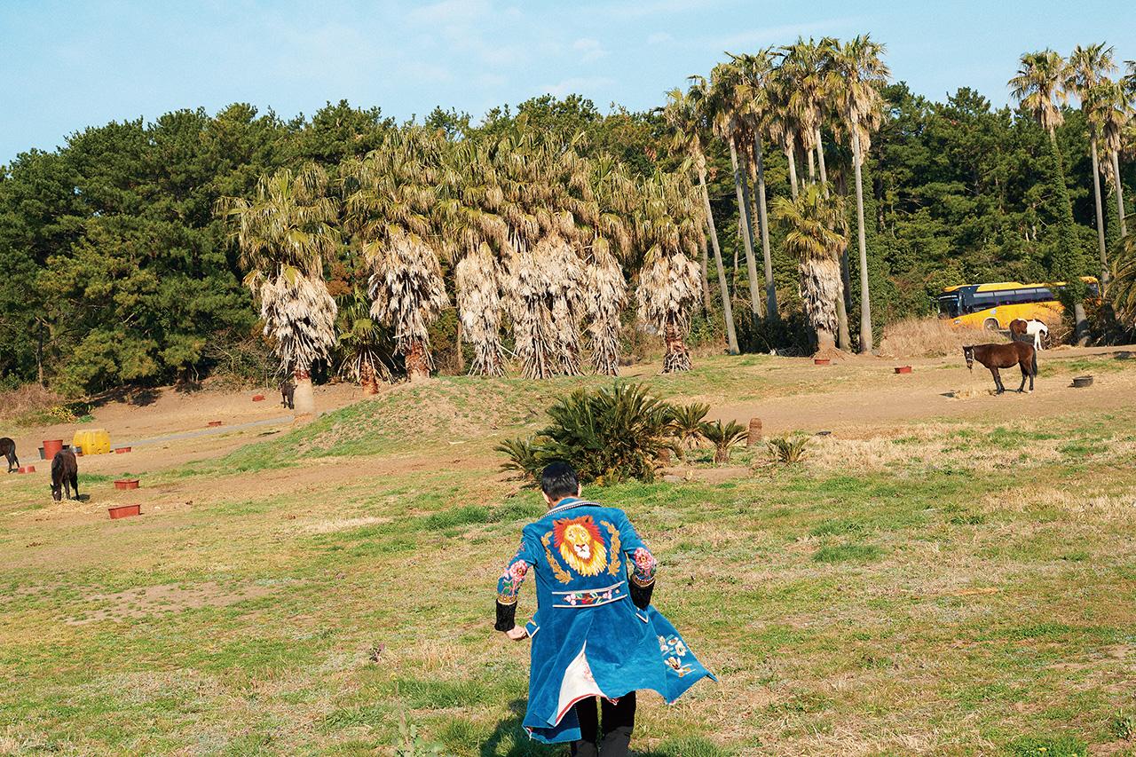오늘 이 섬에서 제일 화려하고 분방한 이호테우 카우보이.