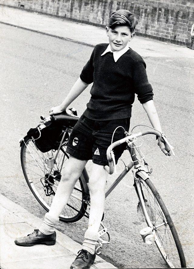 1959년 자신의 자전거와 함께 있는 13세의 폴 스미스. 10대 때에는 사이클 경주 선수가 되고 싶었다.