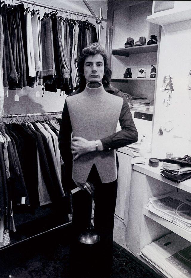 1970년 노팅엄 바이어드레인에 있는 첫 번째 숍에서 포즈를 취한 폴 스미스.