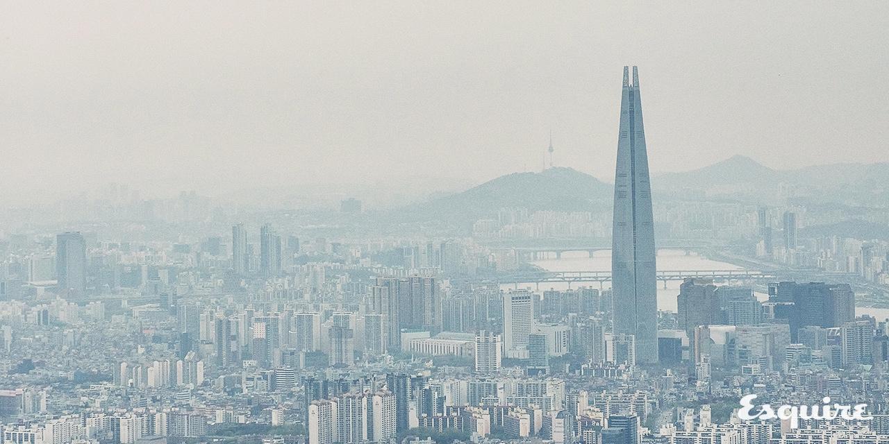 지금 서울에 있다면 언제나 볼 수밖에 없는, 롯데월드타워와 미세먼지에 관하여.