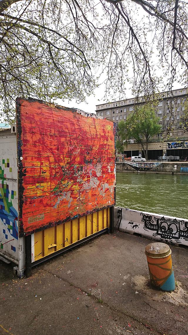 도나우 강 지류와 조화를 이루는 거리 미술 작품.