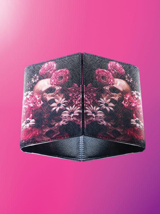 DIOR HOMME - Card Holder일본 아티스트 가메이 도루는 중세의 바니타스 상징주의에서 힌트를 얻어 익숙한 물건에 서늘한 감정을 불어넣었다. 이 카드 지갑의 모노그램 프린트에는 꽃과 해골이 그려져 있다. 음울하지만 아름답다. 낯설 만큼 파격적이다. 가격미정.