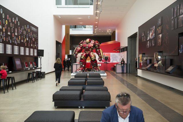 퀸즈랜드 현대미술관의 홀에는 마블 시네마틱 유니버스의 연대기와 주요 장면, 아카이브를 열람할 수 있는 랩탑이 비치되어 있다.