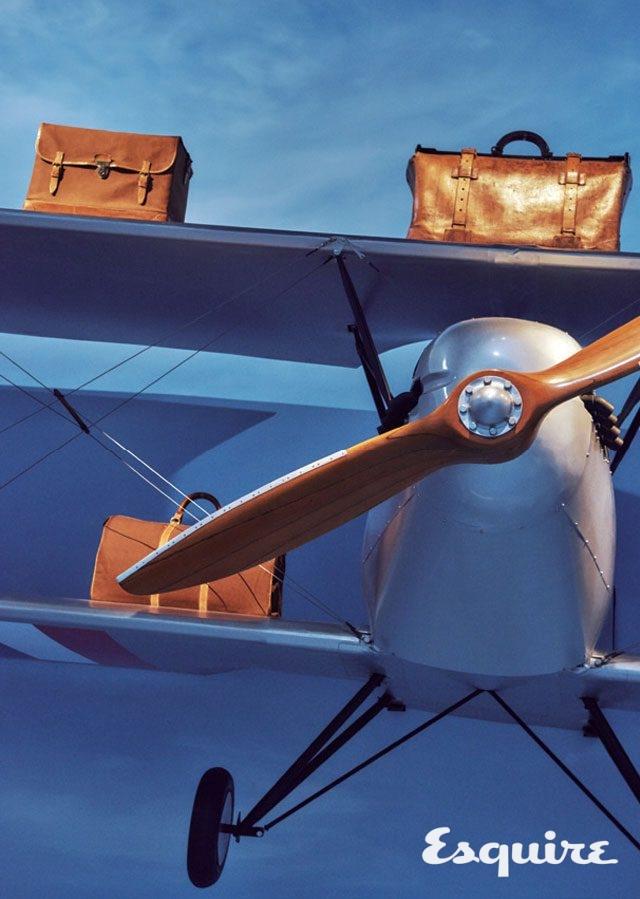 초기 항공 여행 가방을 비행기 구조물 위에 얹었다. 로버트 칼슨의 감각이다.