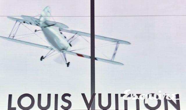 전시장에 들어서면 루이 비통의 로고 위로 비행기 그래픽이 보인다. 비행기는 관람객의 움직임에 따라 함께 움직인다.