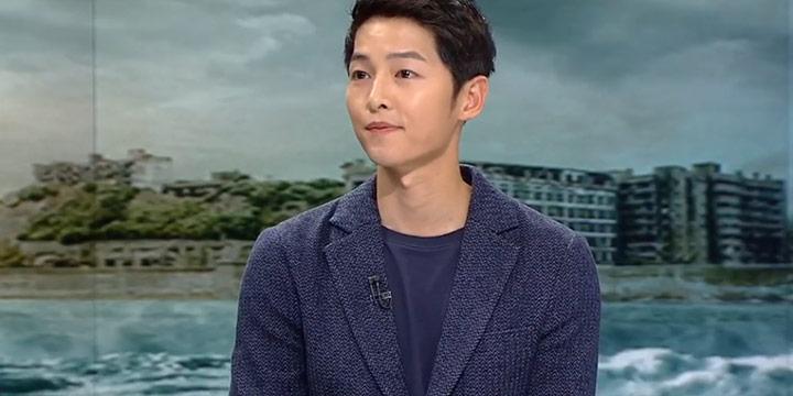 JTBC 뉴스룸에 출연한 송중기는 영화 <쉘부르의 우산> OST인 'I will wait for you'를 엔딩곡으로 골랐다. 여자친구가 좋아한다는 말과 함께.