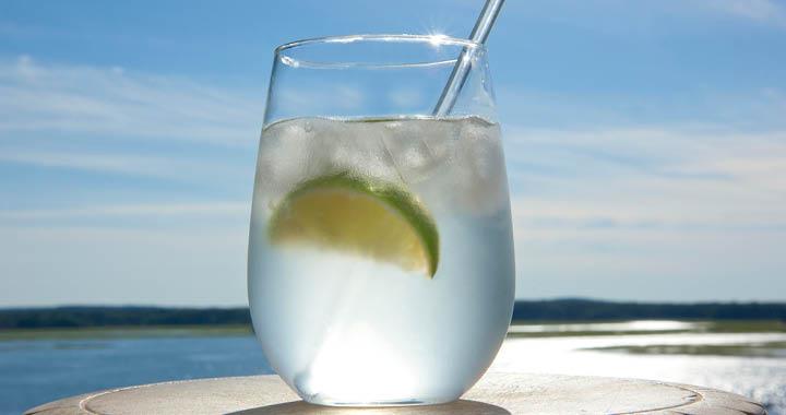 청량한 진토닉은 대표적인 클래식 칵테일이다. 여름에 딱이다. 진토닉 만드는 간단한 비법을 공개한다.