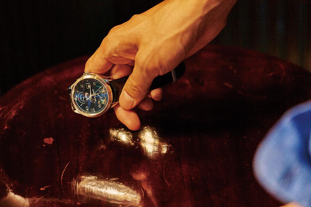 보메 메르시에 클립튼 GMT, 지름 42mm, 스테인리스 스틸 케이스, 앨리게이터 스트랩. 12시 방향 창에 두 번째 시간대, 6시 방향 창에 동력 잔량이 표시되는 시계. 400만원대. 푸른색 셔츠 YMC.