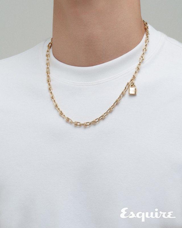 티셔츠 가격 미정 노앙. 골드 하드웨어 컬렉션 목걸이 가격 미정 티파니앤코.
