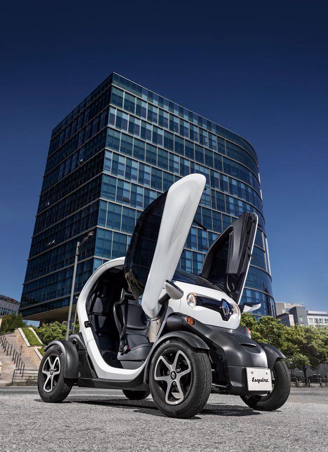 2017 RENAULT TWIZY전기 모터 13kW 싱글 전동 모터 | 최고 출력17마력 | 최대 토크5.8kg·m | 구동 방식RWD | 배터리6.1kWh | 공인 연비7.9km/kWh | 크기2335×1233×1451m | 기본 가격1500만~1550만원 (환경부·지자체 보조금 약 1000만원 수준)
