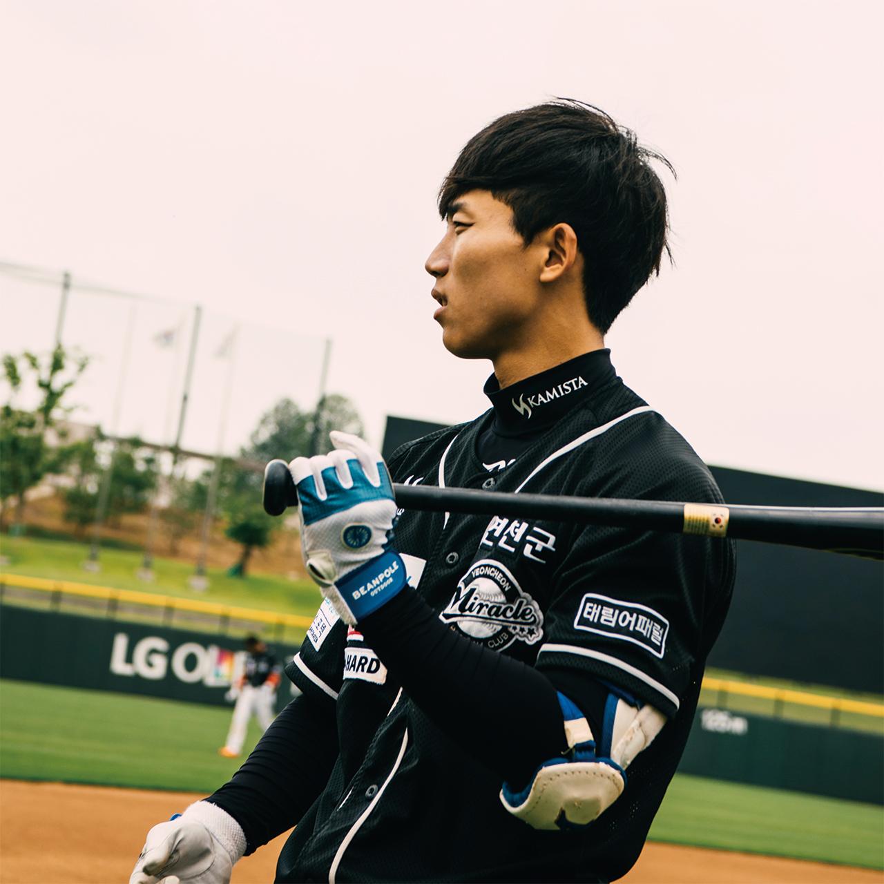 """<strong>김희준(3번, 1991년생), 내야수</strong><br/>""""계속 야구를 하고 싶어요. 친구들은 질린다고도 많이 하는데, 저는 솔직히 말하면 하고 싶어요. 애들도 좋고, 가르치는 것도 그것만의 매력이 있고, 하는 것도 하는 것만의 매력이 있어요."""""""