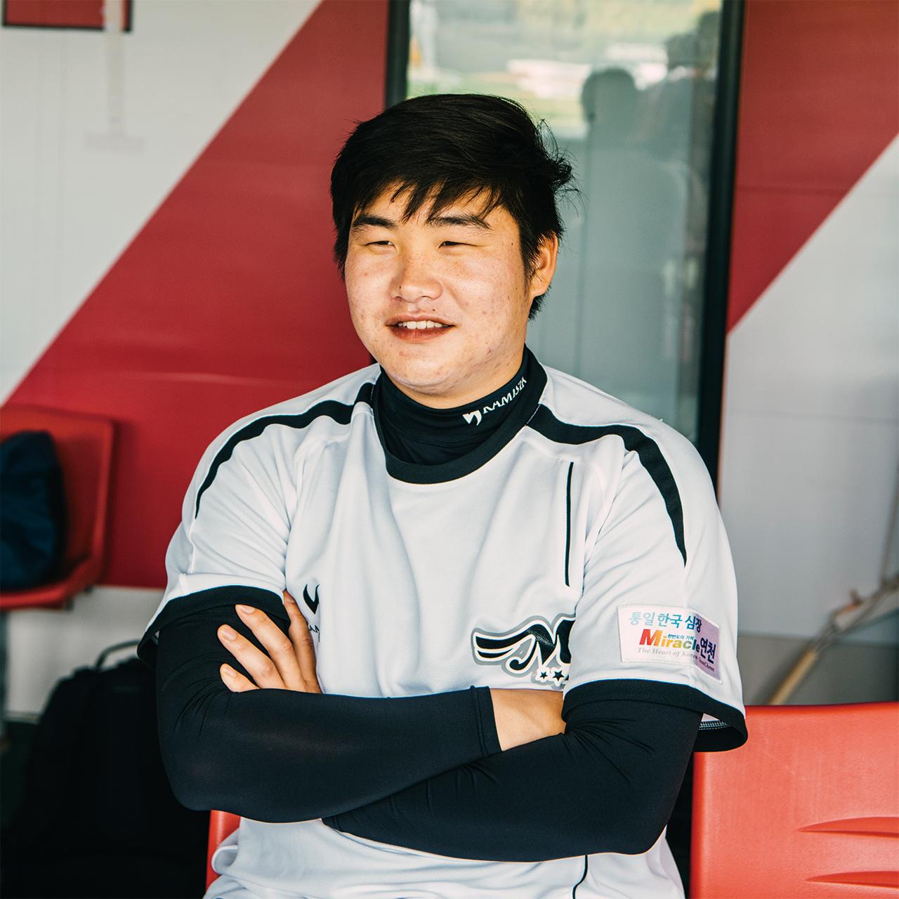 """<strong>강화영(11번, 1993년생), 투수</strong><br/>""""류현진이랑 같은 수술을 했어요. 야구를 그만두려고 했는데 아이들을 가르치면서 한번 더 해볼까 싶어졌어요. 야구를 좋아하는 사람들에게 감동을 주는 선수가 되고 싶어요."""""""