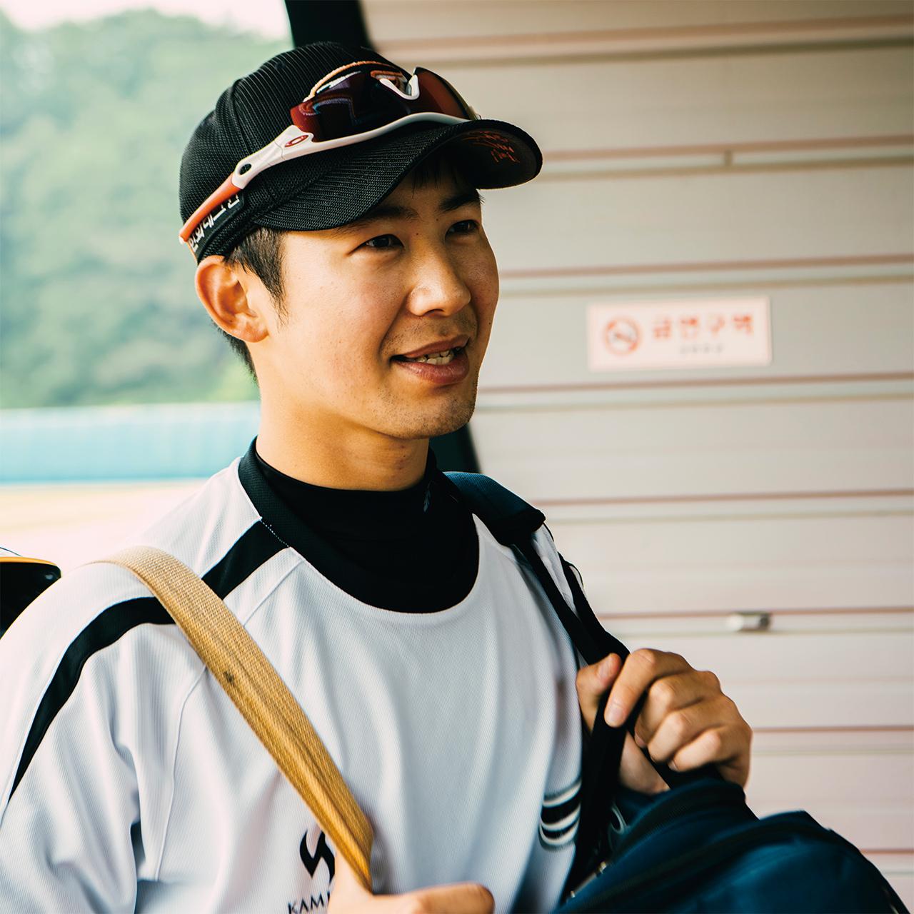 "<strong>조성래(13번, 1990년생), 내야수</strong><br/>""제가 야구를 안 할 때도 야구장 가서 프로들 경기하는 것 보면 심장이 막 뛰더라고요. '내가 저기에 있었다면 이렇게 할 것 같은데' 싶었고요. 절실한 마음으로 왔습니다."""