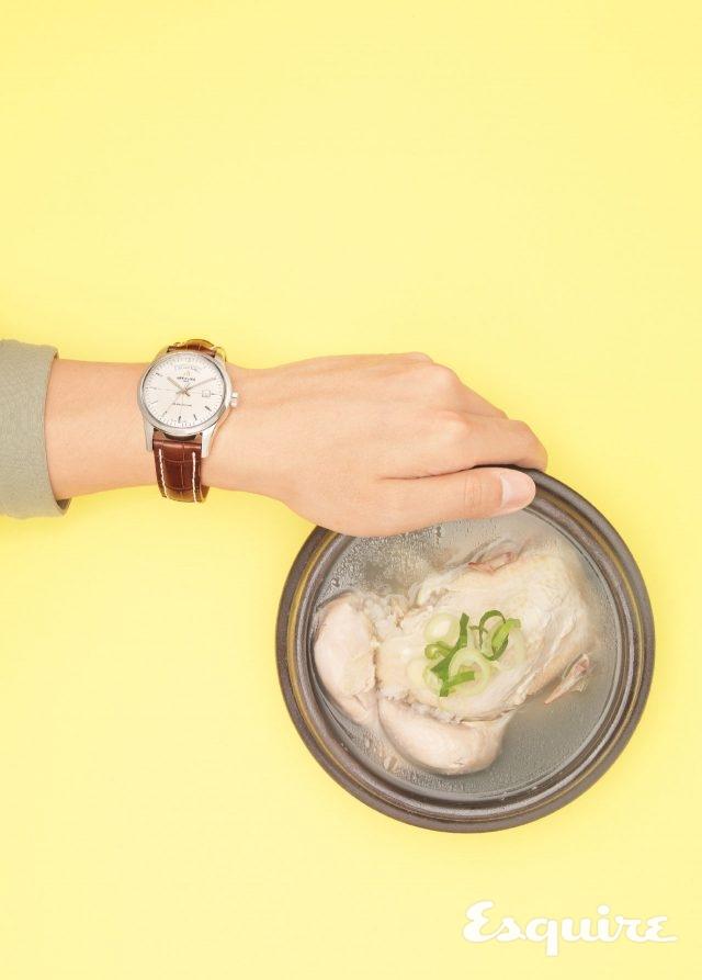브라이틀링트랜스오션 데이 & 데이트, 케이스 지름 43mm, 스테인리스 스틸 케이스, 크로커다일 스트랩. 삼계탕처럼 든든한 시계. 800만원대. 카키색 티셔츠 코스.