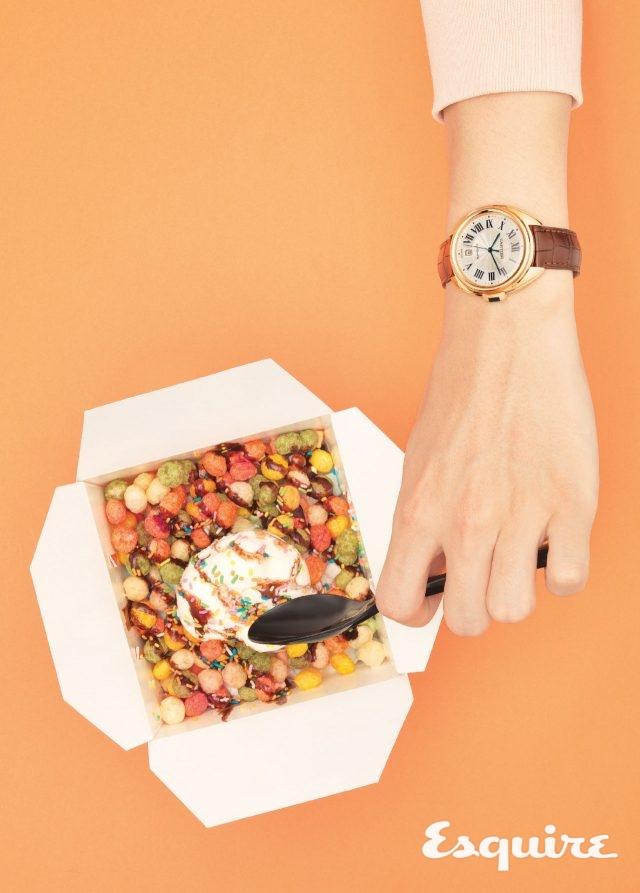 까르띠에끌레 드 까르띠에, 케이스 지름 40mm, 핑크 골드 케이스, 앨리게이터 스트랩. 빙수처럼 상큼한 시계. 2260만원.연분홍색 스웨트셔츠 새러데이 서프 NYC by 플랫폼 플레이스.