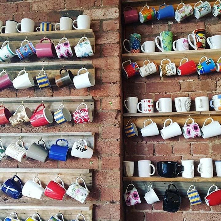 '응급 머그 벽'이라고 부른다. 일회용 잔 사용을 지양하는 그들이 손님에게 테이크아웃 잔으로 빌려주고 있다.