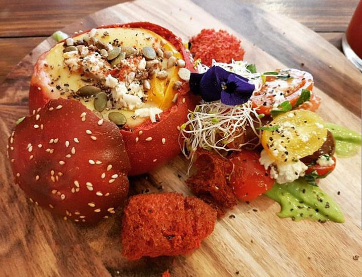 토마토, 비트의 뿌리, 브리오슈 번, 다양한 버섯, 모짜렐라 등이 어우러진 플레이트.