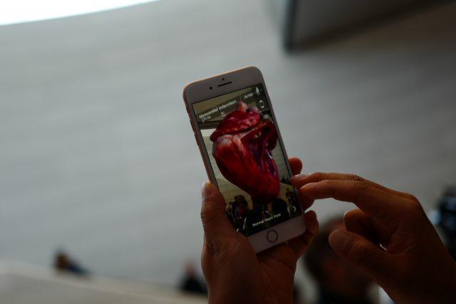 증강현실 앱 Insight Heart(아직 출시 전). 심장의 위치와 움직임, 관련 질환을 실감나게 보여주는 교육용 앱. 아이폰 8 플러스를 밑에서부터 위로 훑으면 인간의 형상이 생성되고 빨간 심장이 뛰기 시작한다.