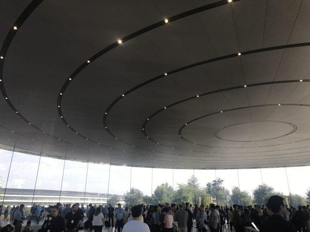 키노트 입장을 기다리는 전세계 프레스들. 조명까지 원형 모양! 원래 애플의 생명은 디테일이다.