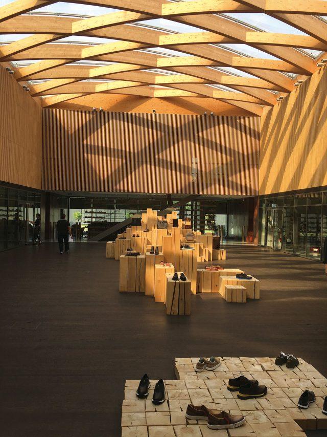 공장이라기보단 부티크 매장을 연상시키는 페라라 공장의 로비.