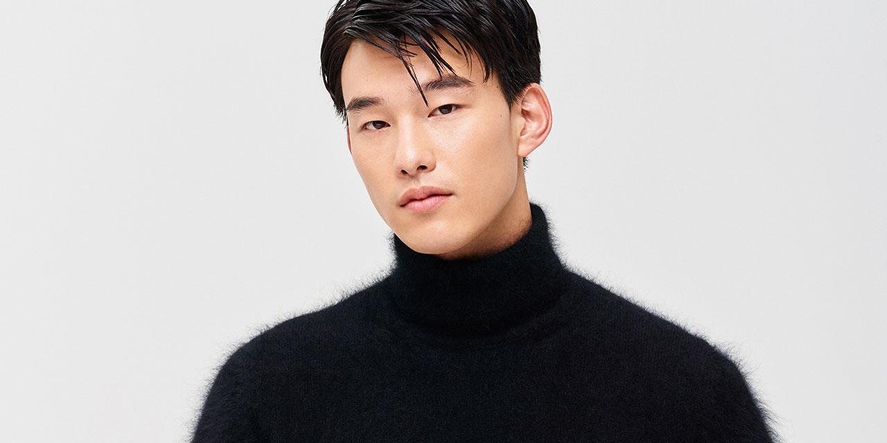 제일 먼저 블랙 터틀넥 스웨터를 산다.