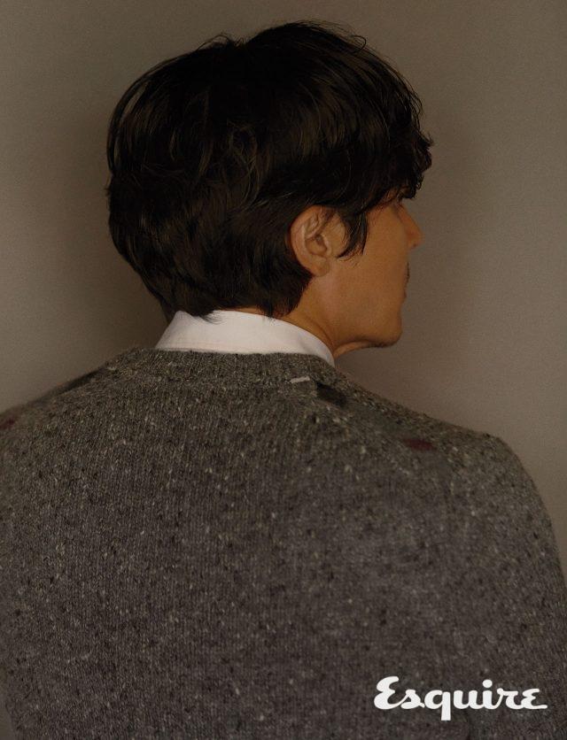 스웨터, 셔츠 모두 가격 미정 버버리.