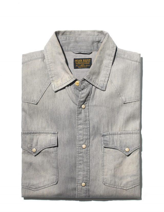 흰색 자개 단추를 단 그레이 워싱 데님 셔츠. 미국의 진 숍에서 만들었다. 토비 베이트먼과 아리앤 필립스가 이 브랜드를 무척 좋아했다. 125파운드.