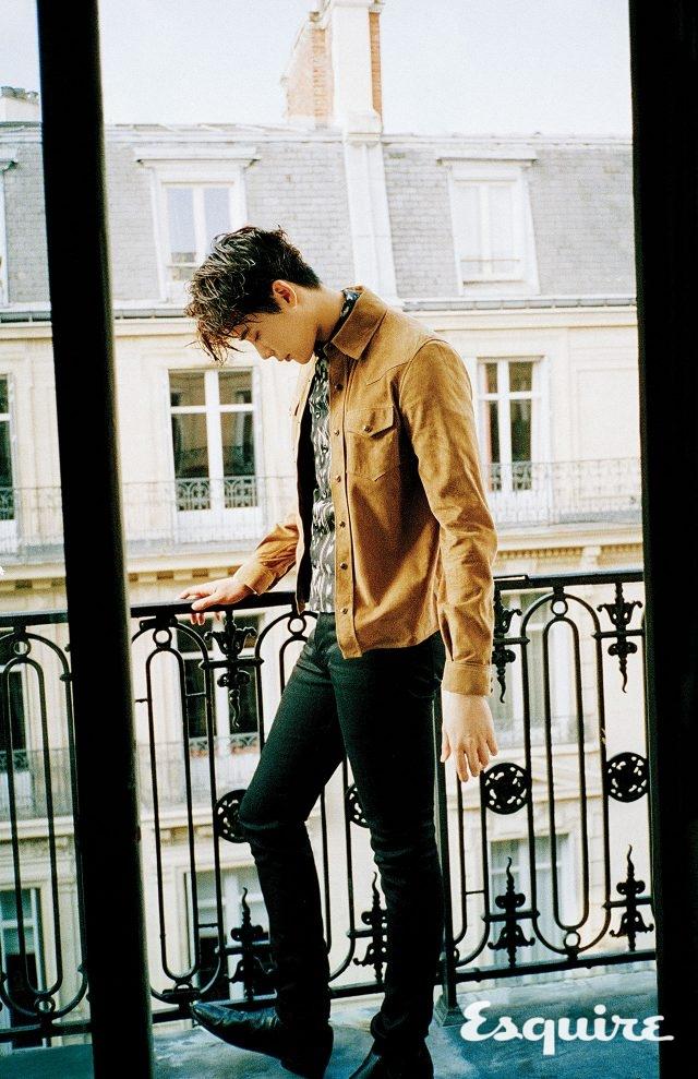 셔츠, 이너 셔츠, 바지, 구두 모두 가격 미정 생 로랑 by 안토니 바카렐로.