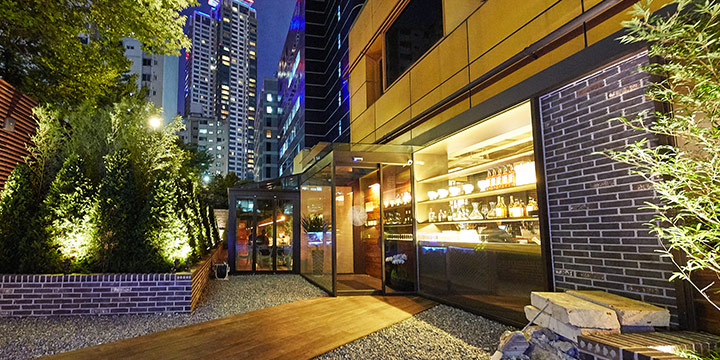 매일은 아니더라도 가끔씩 우아한 식사 한끼가 하고 싶은 순간이 온다. 꼭 이탈리안 레스토랑일 필요는 없다. 서울 하늘 아래 이토록 멋진 아시안 레스토랑이 오픈했으니까.