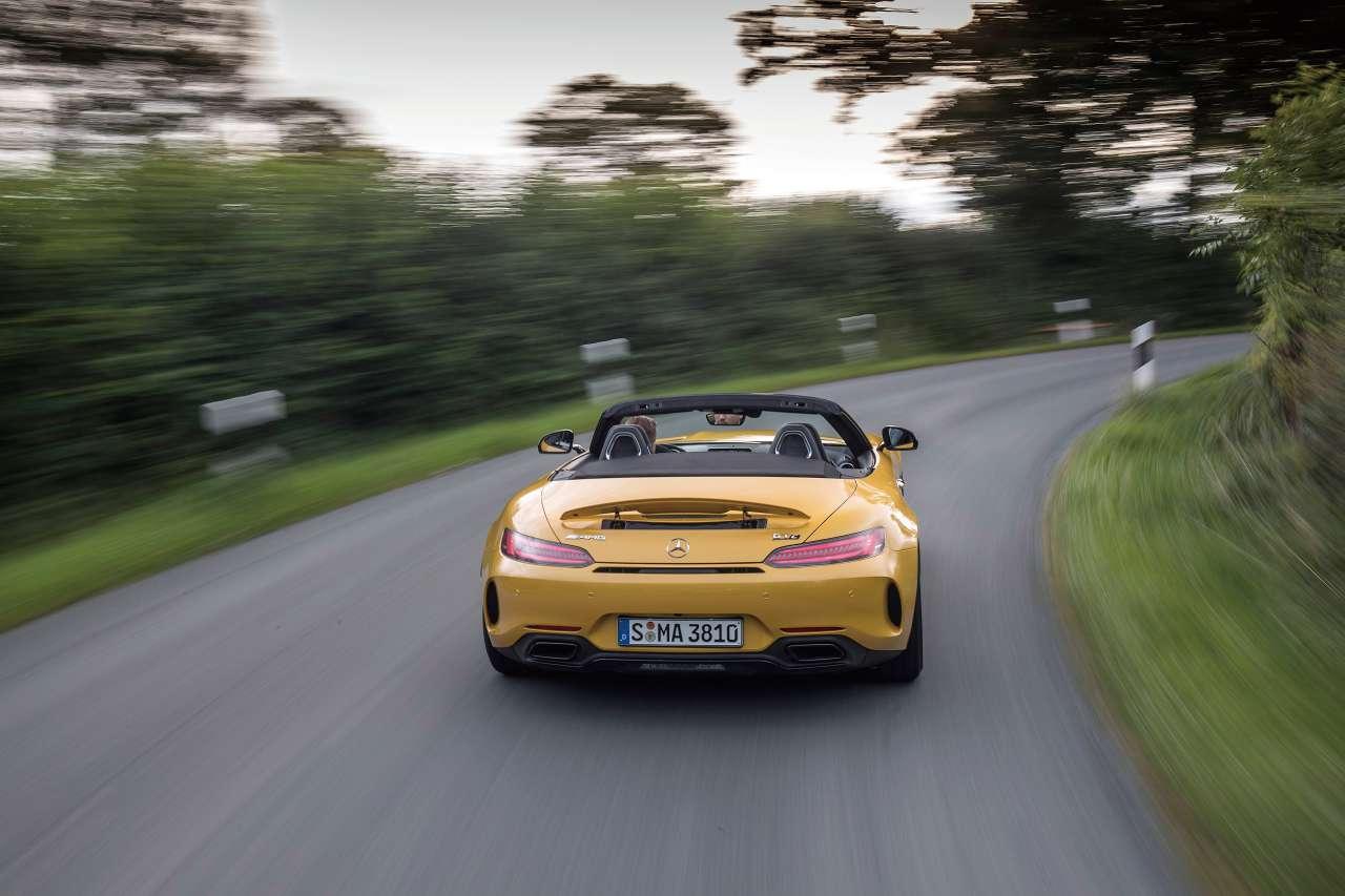 자동차가 구현할 수 있는 일상과 환상의 사이가 얼마나 넓은지, 그 깊고 넓은 세계에서 몸으로 느낄 수 있는 쾌락은 어디까지인지, 메르세데스-AMG GT 패밀리가 알려줬다.