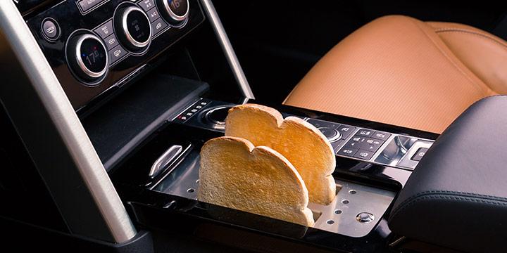 랜드로버 올 뉴 디스커버리가 주방으로 변신했다. 빵 굽는 토스터, 스테이크를 구울 수 있는 바비큐 그릴이 장착된 것은 물론, 아이스크림, 버터까지 만들 수 있는 전 세계에 단 하나뿐인 차다.