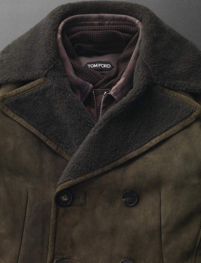 다크 모스 시어링 코트 가격 미정 보테가 베네타. 카무플라주 블루종, 카키색 니트 톱, 머플러 모두 가격 미정 톰 포드.