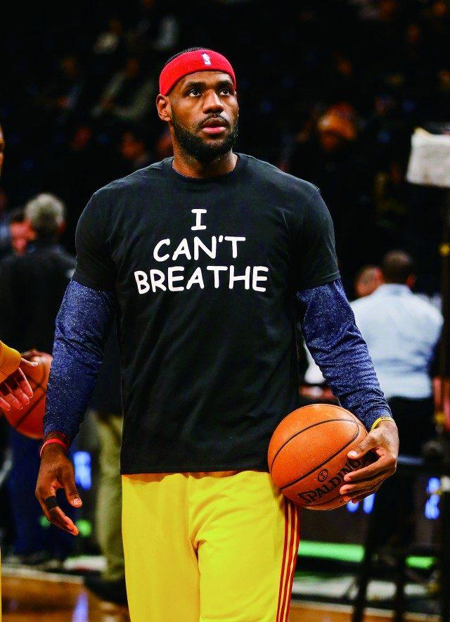 """2014년, 에릭 가너의 추도식에서 르브론 제임스는 """"숨을 쉴 수 없어요""""라고 쓰인 티셔츠를 입었다."""