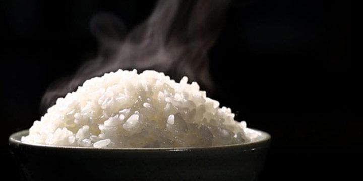 그릇에 쌀을 담고 전자레인지에 단 10분만 돌리면 밥이 완성된다. 그냥 밥이 아니고 압력 밥솥에 한 것처럼 찰진 밥이다.