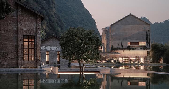 '그랜드 부다페스트 호텔'처럼 특이한 곳에 자리한 호텔. 특색 있는 호텔을 꿈꾼다면 연말에는 이런 호텔이 제격이다.