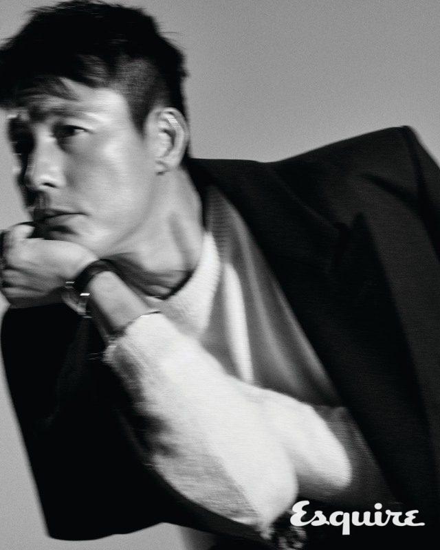 스틸 케이스의 '탱크 아메리칸' 워치, 못 모티브의 화이트 골드 '저스트 앵 끌루' 브레이슬릿 모두 까르띠에.코트 발렌시아가. 스웨터 생 로랑 by 안토니 바카렐로.