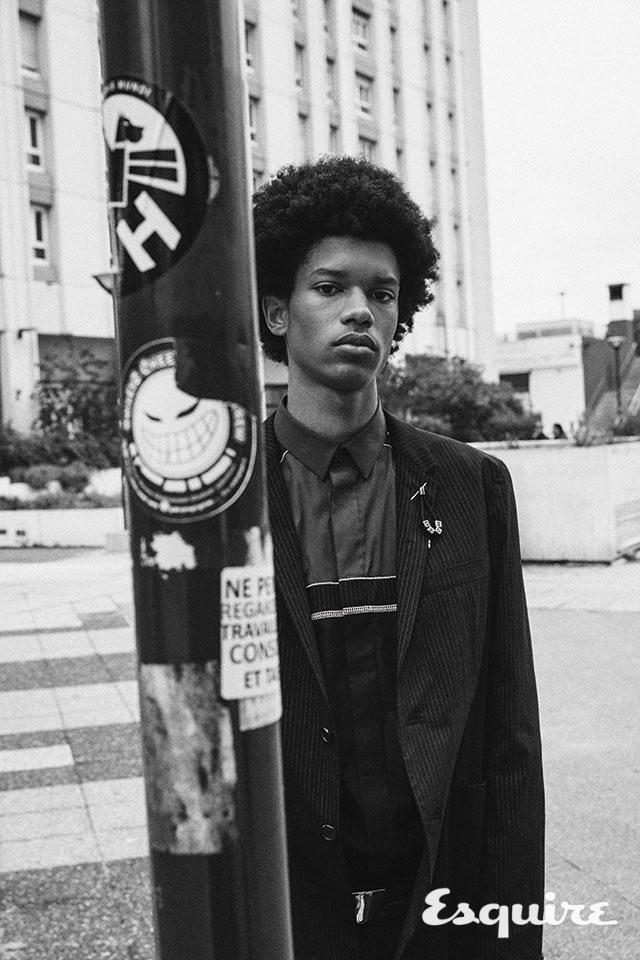 스트라이프 나일론 재킷, 컬러 블록 셔츠, 블랙 데님 바지, 브라스 버클 벨트 모두 가격 미정 디올 옴므.