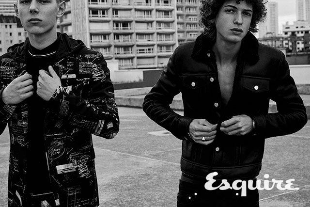 (왼쪽) '디올 스크랩북' 프린트 후드 재킷, 검은색 셔츠, 검은색 크루넥 스웨터, '디올 스크랩북' 프린트 바지 모두 가격 미정 디올 옴므. (오른쪽) 검은색 양가죽 시어링 재킷, 블랙 데님 바지 모두 가격 미정 디올 옴므.