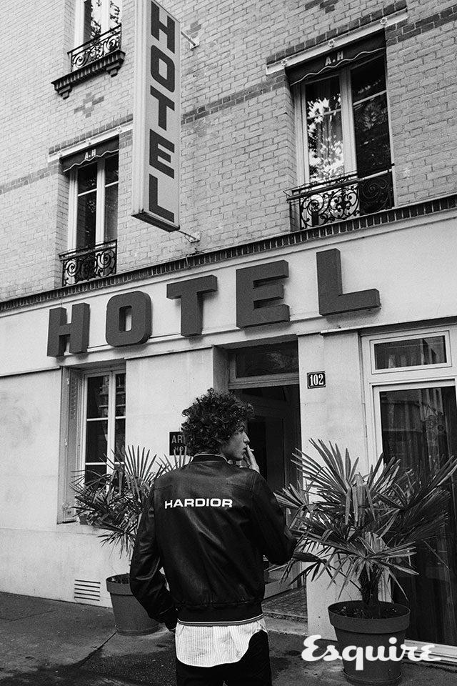 '하디올' 가죽 보머 재킷, '하디올' 스트라이프 셔츠, 블랙 데님 바지 모두 가격 미정 디올 옴므.
