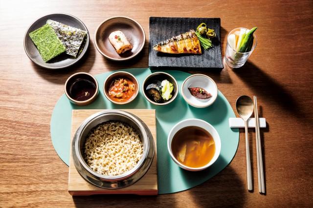 네 개의 항목으로 이뤄진 선택지에서 쌀을 고르면 그제야 밥을 안친다. '행복한상'은 이것이야말로 밥집의 진정한 형태라고 강조한다.