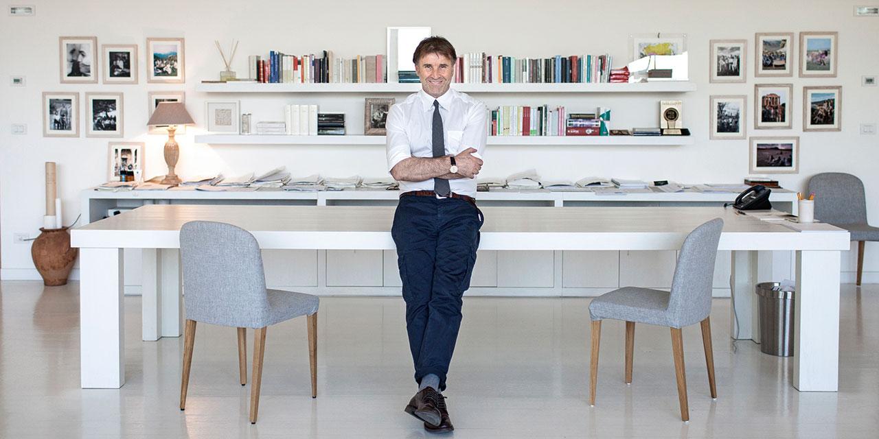 이탈리아 디자이너 브루넬로 쿠치넬리는 친절한 보스이며, 권위에 도전하고, 자주 별을 바라본다.