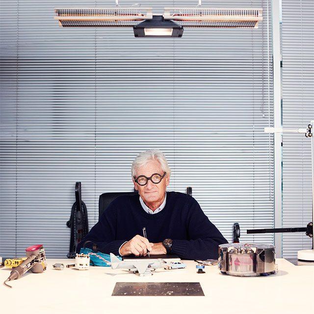 제임스 다이슨 경, 맘스베리의 사무실에서. 산업 디자이너, 70세